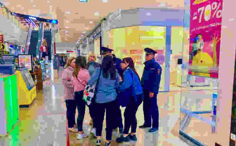 Сотрудники администрации Тамбова вместе с полицией «пожурили» подростков, которые любят собираться в ТЦ