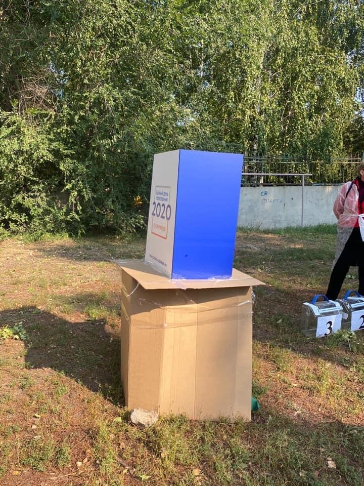 Стало известно, почему в одном из дворов Тамбова место для голосования было оборудовано на картонной коробке