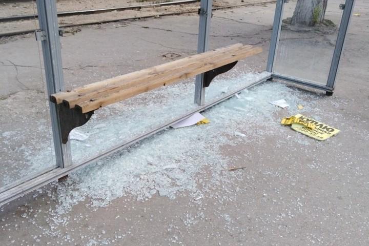 В Мичуринске 41-летняя хулиганка «разнесла» остановку