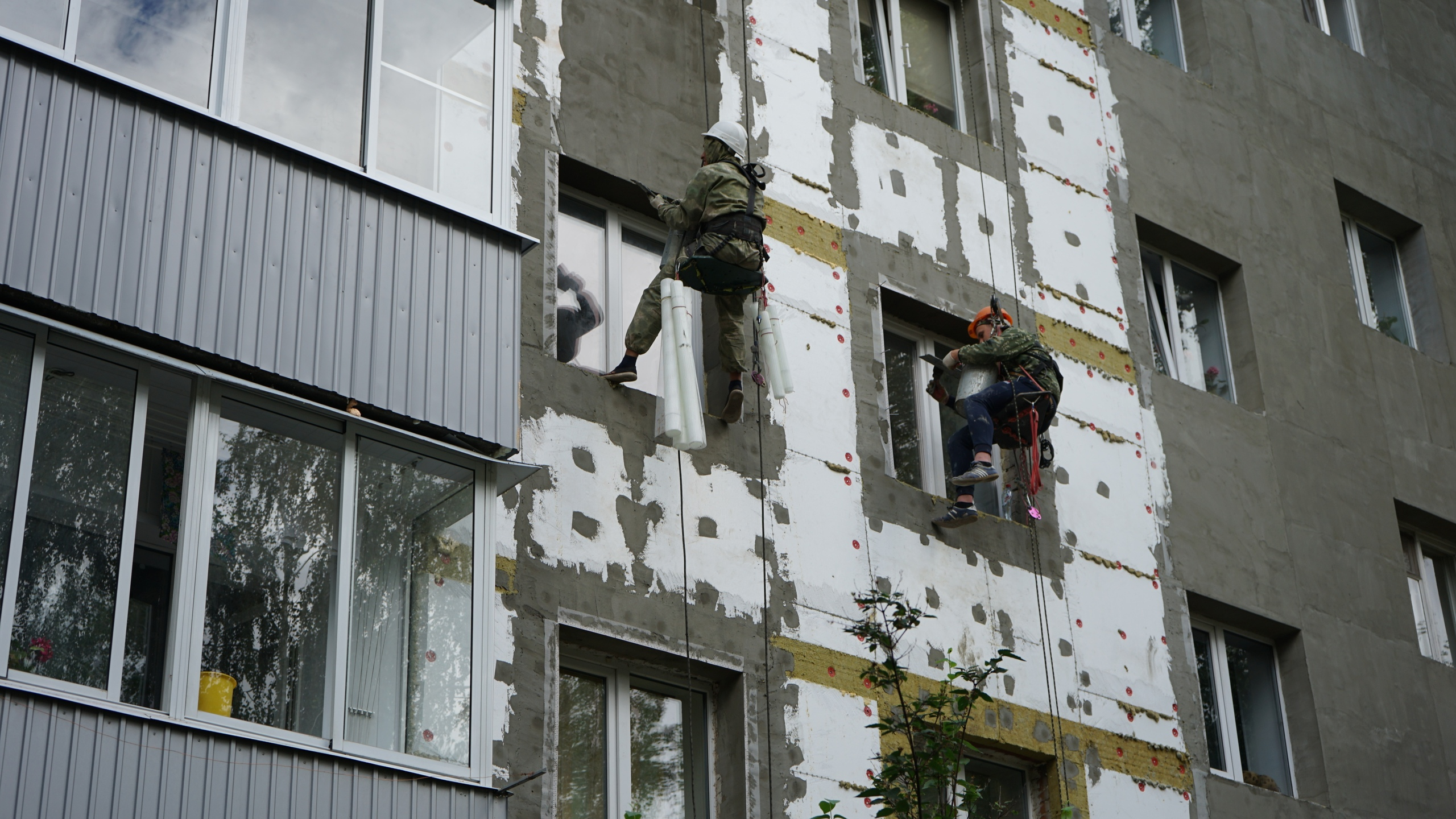 В пятиэтажке на бульваре Энтузиастов ведут реконструкцию фасада