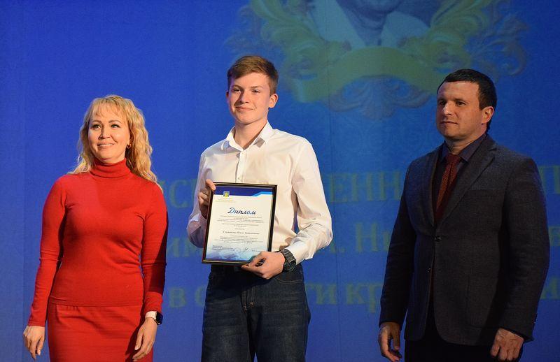 В Тамбове лучших школьников и студентов наградили именными стипендиями