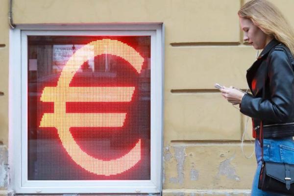 Впервые за четыре года курс евро поднялся выше 93 рублей
