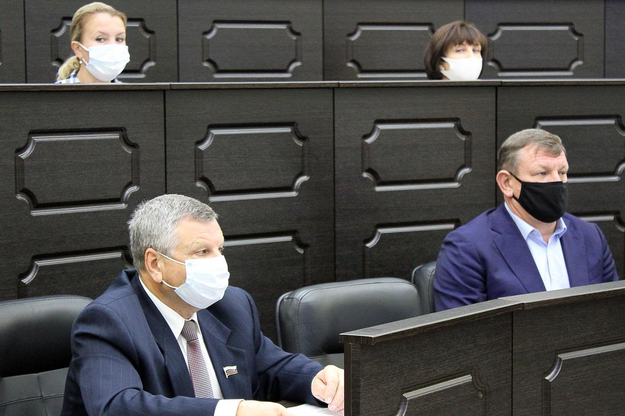 Депутаты областной Думы обсуждают итоги реализации в регионе госпрограмм