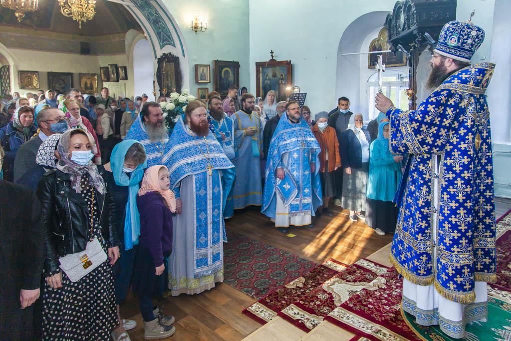 Митрополит Феодосий совершил литургию в Покровском соборе Тамбова