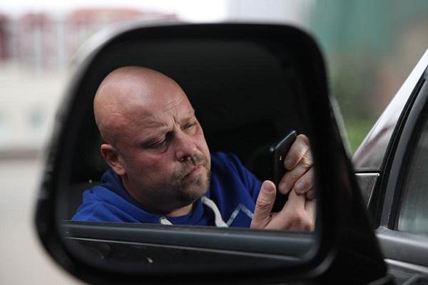В ГИБДД рассказали, как смартфон влияет на скорость реакции за рулем
