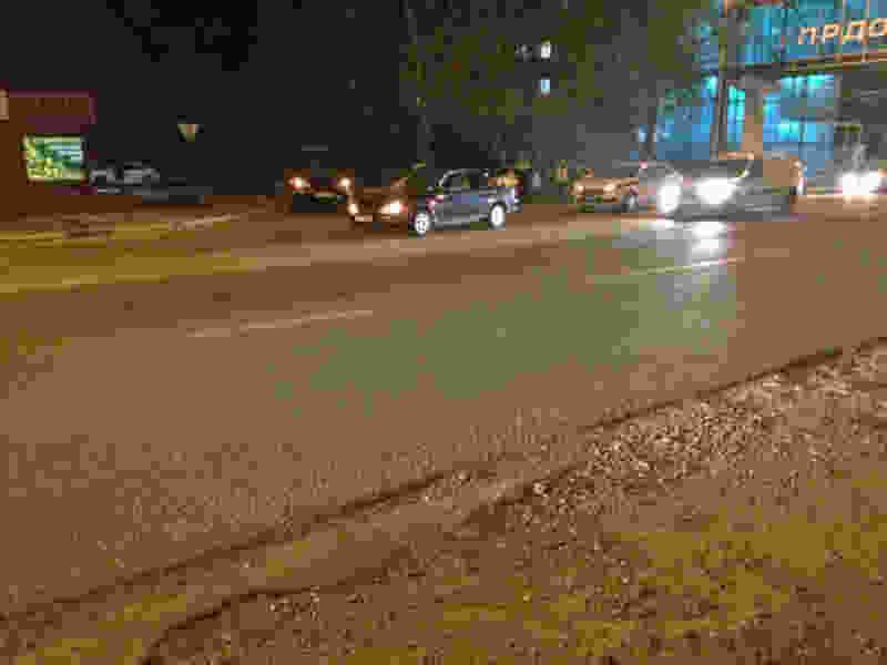 В районе нового вокзала Тамбова женщина на иномарке сбила двух пешеходов, которые перебегали дорогу у надземного перехода