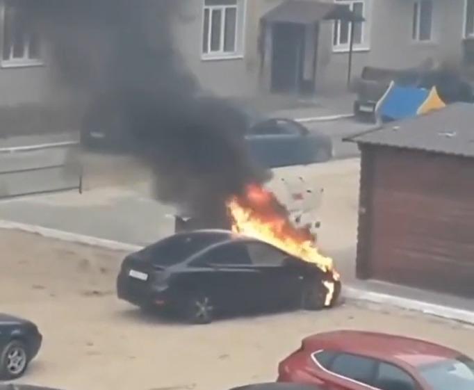 В Тамбове во дворе дома на Советской загорелся автомобиль