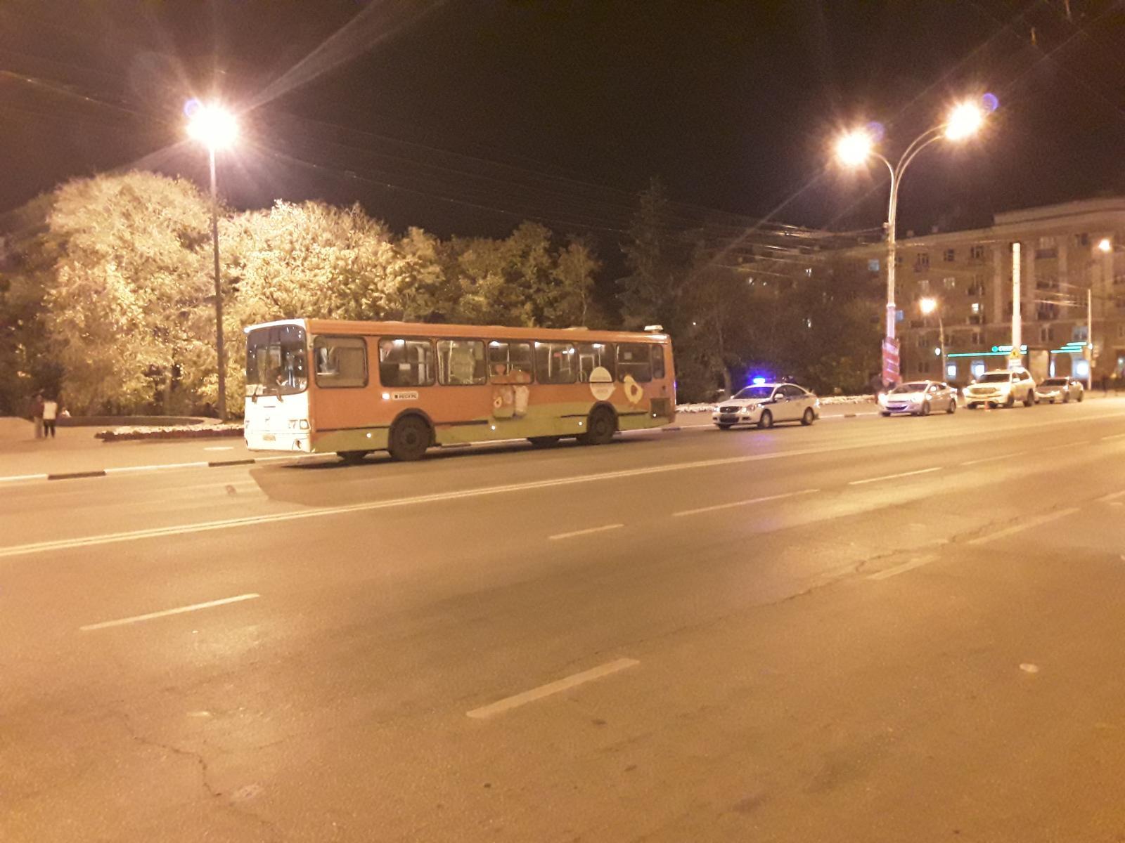 В центре Тамбова подросток на велосипеде выехал на дорогу и попал под автобус