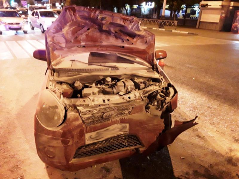 В центре Тамбова столкнулись два автомобиля