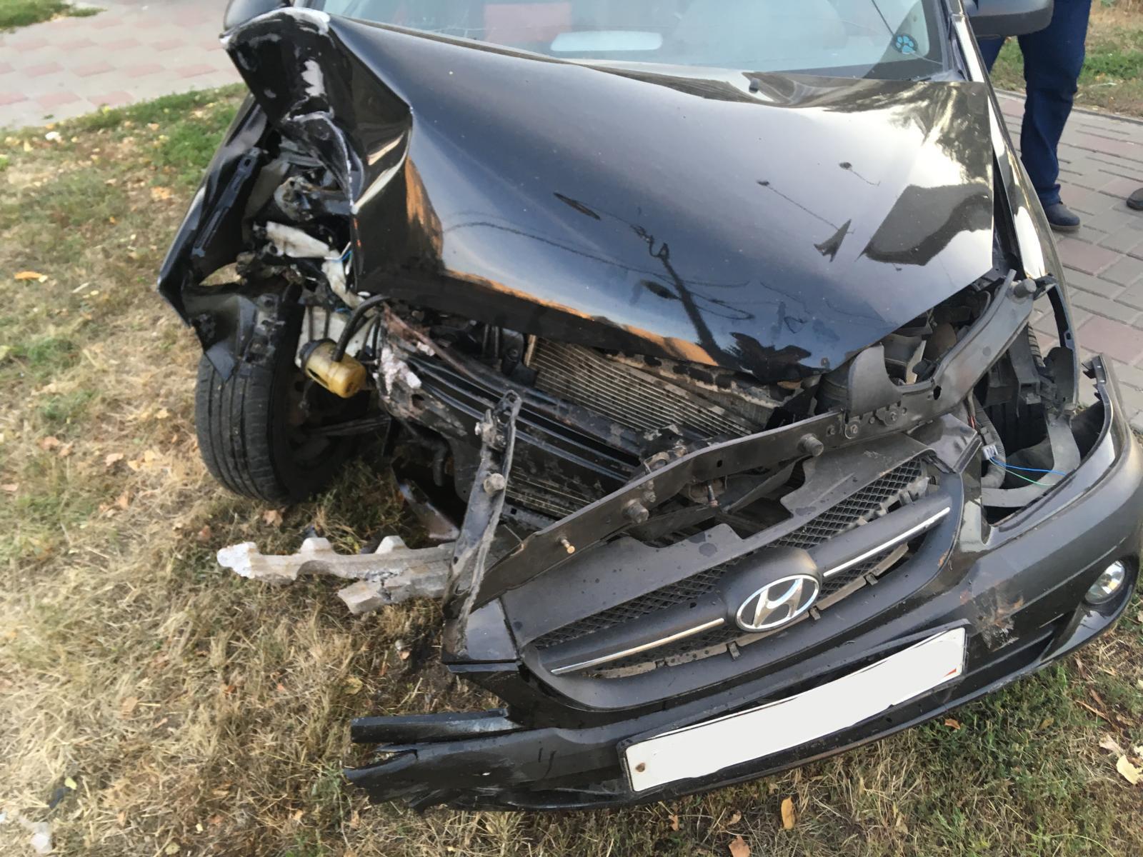 В центре Тамбова водитель иномарки врезался в столб
