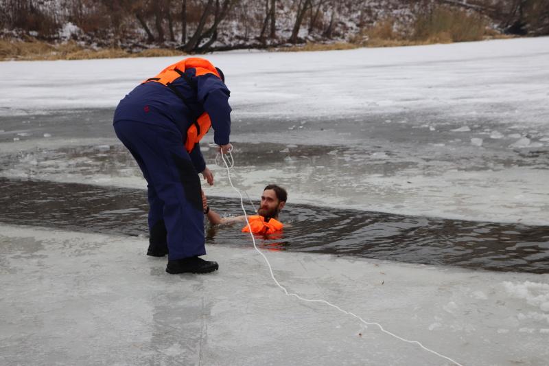 Тамбовские любители зимнего плавания отметили День моржа купанием в Цне