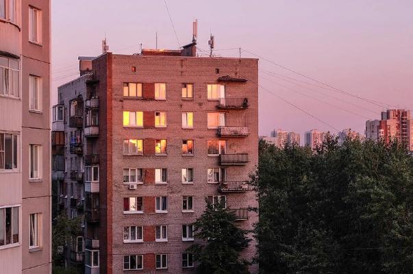 В Моршанске требуют очистить фасад многоэтажки от рекламы наркотиков