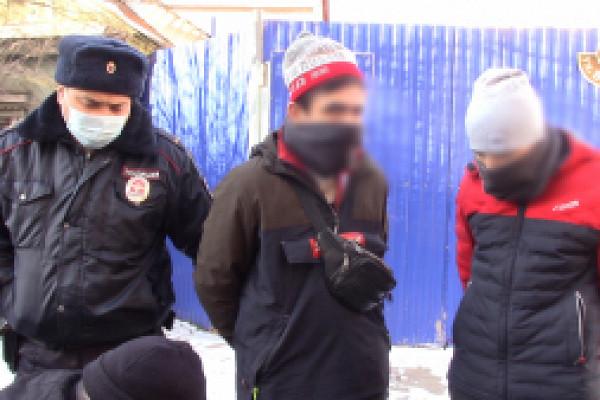 ВОренбурге сотрудники полиции задержали молодых людей поподозрению враспространении наркотического вещества
