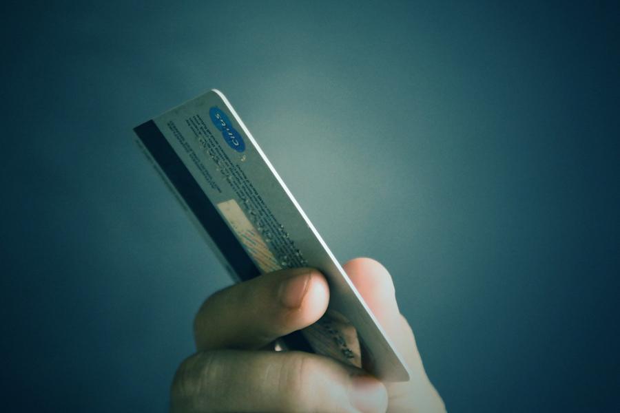 В России могут ограничить переводы с банковских карт пенсионеров