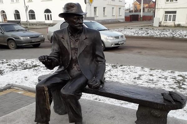 В Тамбовской области две школьницы отломали трость у памятника Ивану Мичурину