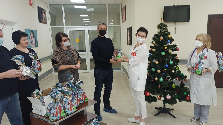 Депутаты гордумы примерили образы Деда Мороза и Снегурочки