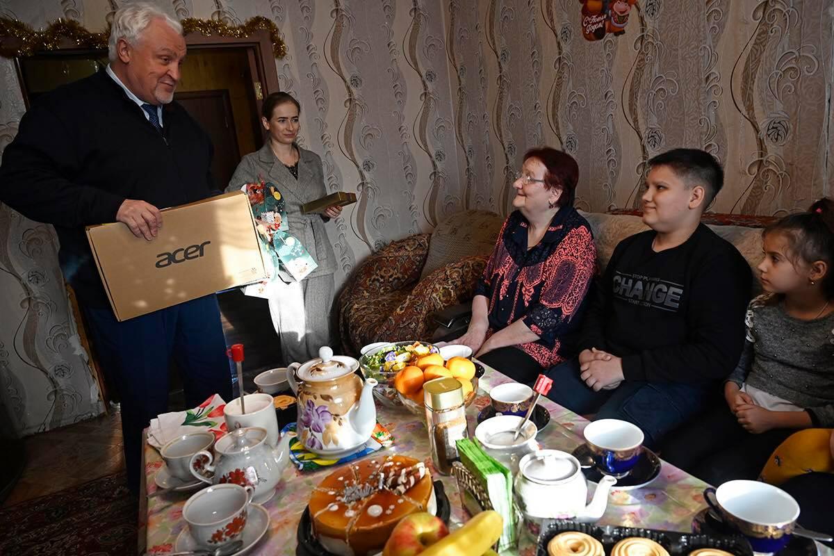 Депутаты областной Думы продолжают дарить детям подарки