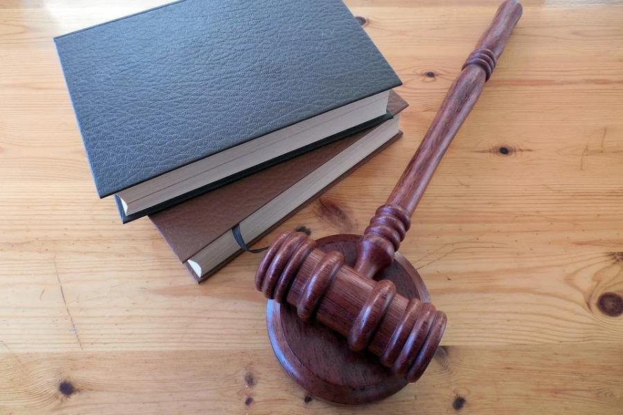 Экс-пристава осудили за незаконное снятие ареста с иномарки должника