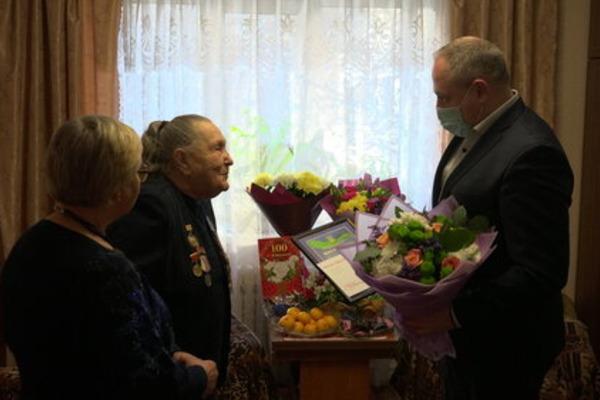 Максим Косенков поздравил тамбовчанку со столетним юбилеем