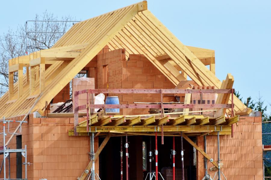 Многодетным семьям могут выдать почти полмиллиона рублей на строительство дома