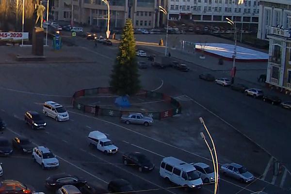 На площади Ленина начали устанавливать новогоднюю ёлку