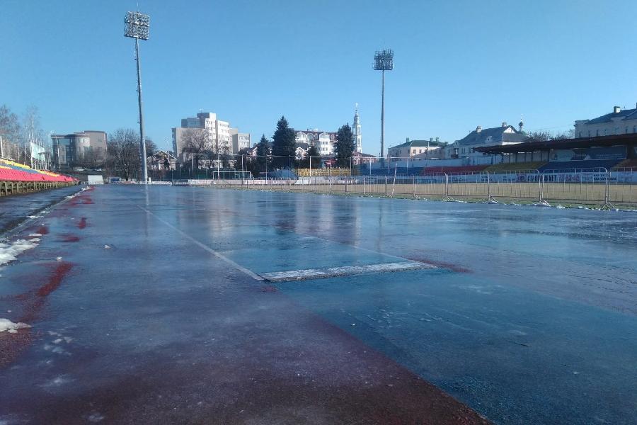 "На стадионе ""Спартак"" провели пробную заливку льда"