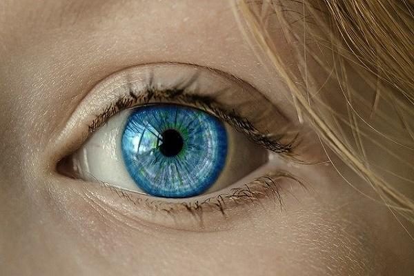 Офтальмолог предупредила об опасности контактных линз