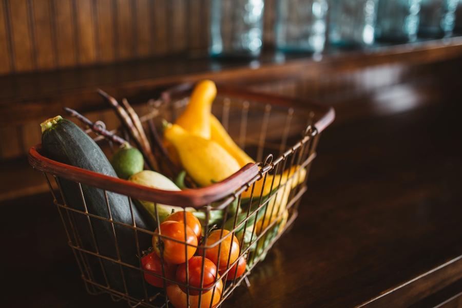 Тамбовчанин украл из продуктового павильона деньги и еду