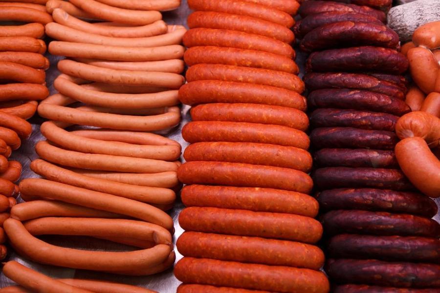 В магазины Тамбова попали колбасы и сардельки с истёкшим сроком годности