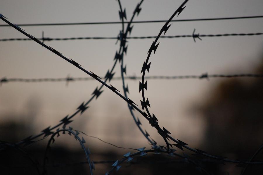 В Мордовском районе пьяный мужчина врезался на угнанном автомобиле забор
