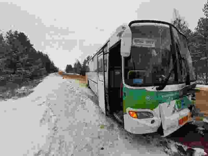 В Сосновском районе грузовик столкнулся с пассажирским автобусом №503