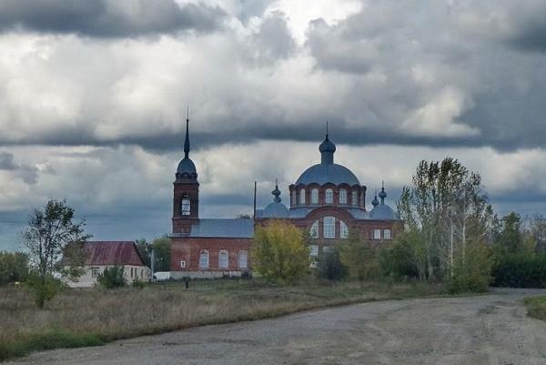 Жители села Селезни жалуются на плохую дорогу до церкви