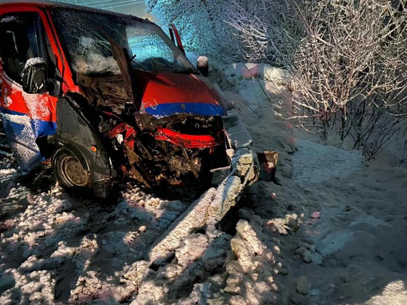 В Кирсановском районе микроавтобус въехал в столб