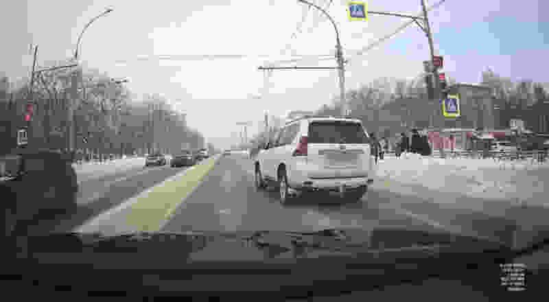 В Тамбове Land Cruiser, проехав на «красный», чуть не сбил пешехода