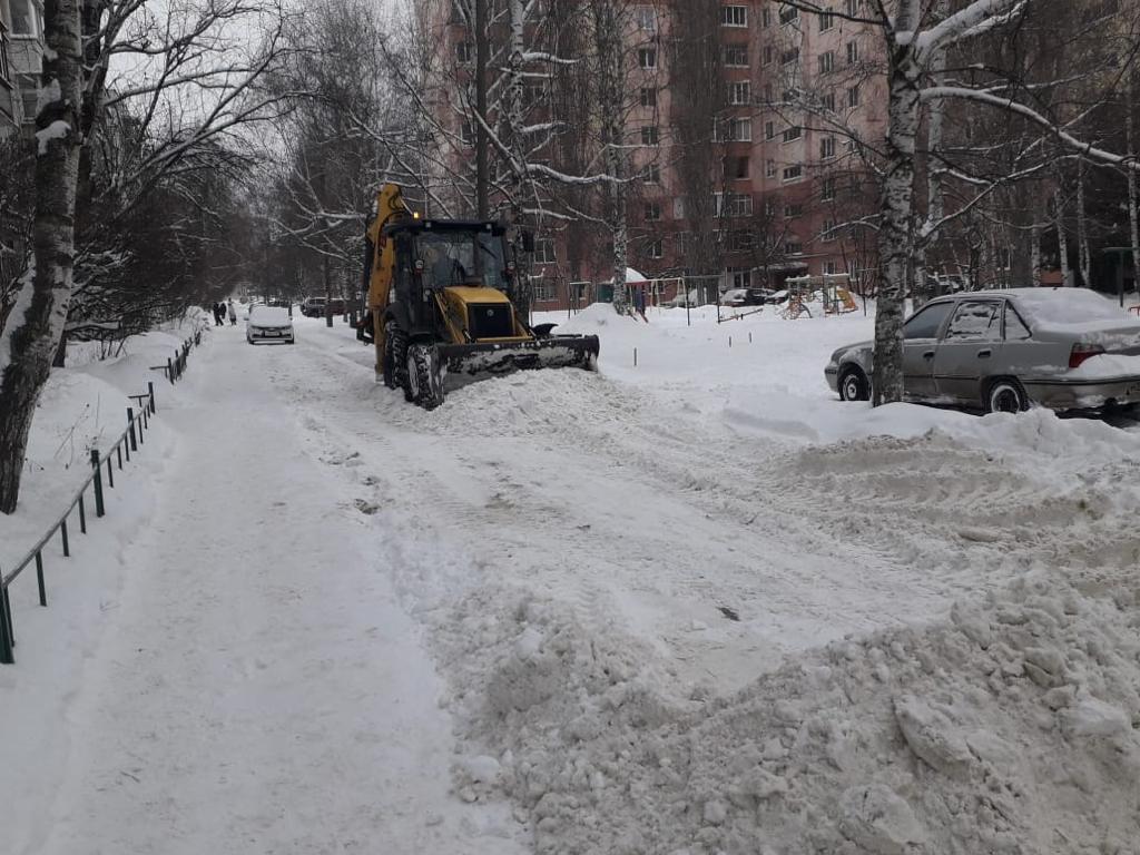 В Тамбове очищают дворы после ночного снегопада