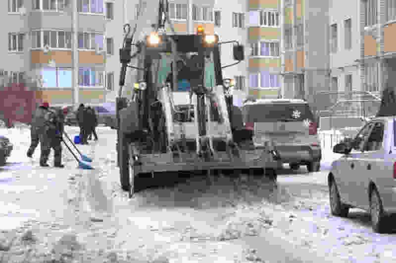 """В Тамбове припаркованные """"где попало"""" автомобили мешают уборке снега во дворах"""