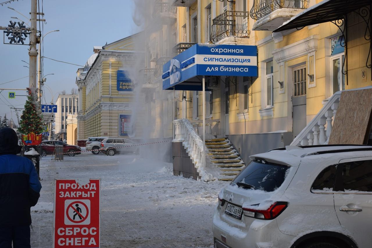В Тамбове убирают наледь и снег с крыш жилых домов