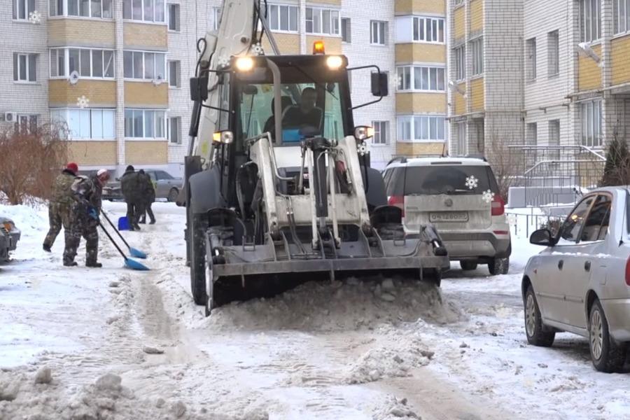 Во дворах Тамбова продолжают убирать снег