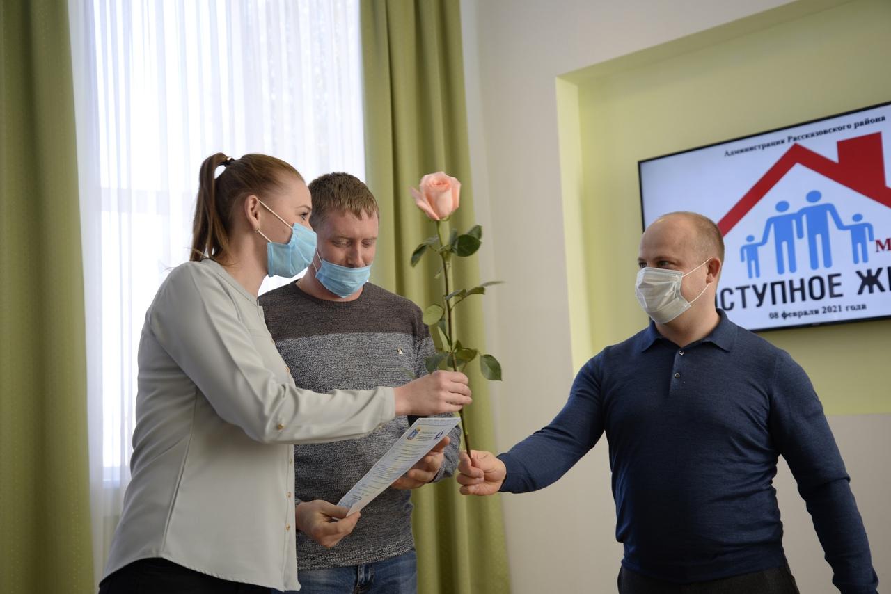 Четырнадцать молодых семей Рассказовского района получили сертификаты на приобретение жилья