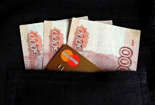 Доля безналичных платежей в России достигла 70%