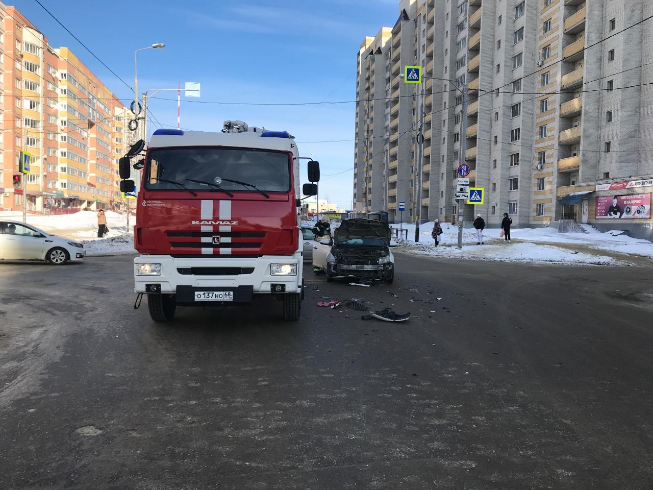В Тамбове на перекрёстке столкнулись иномарка и пожарная машина