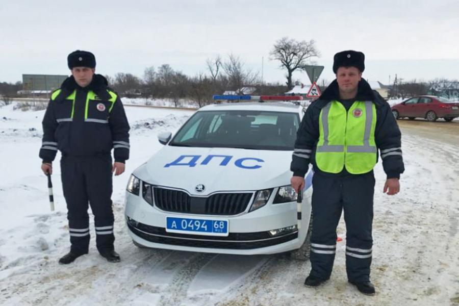 Водителю сломавшейся в сильный мороз фуры помогли инспекторы ГИБДД