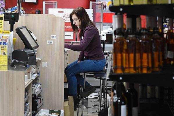 Алкоголь хотят запретить продавать при детях