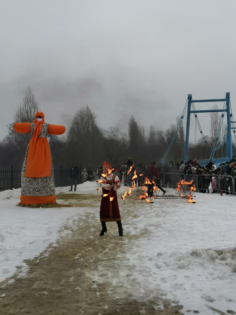 Четырёхметровое чучело в маске сожгли на масленичных гуляниях в Тамбове