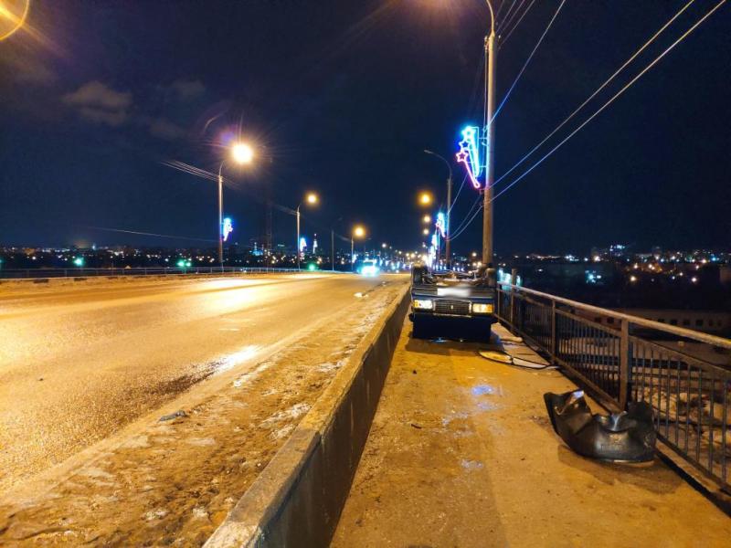 На Лермонтовском мосту в Тамбове перевернулся автомобиль