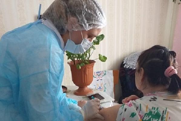 Областной госпиталь для ветеранов приступил к вакцинации граждан на дому