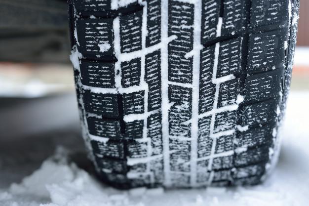 Синоптик рекомендовал водителям пока не переходить на летнюю резину