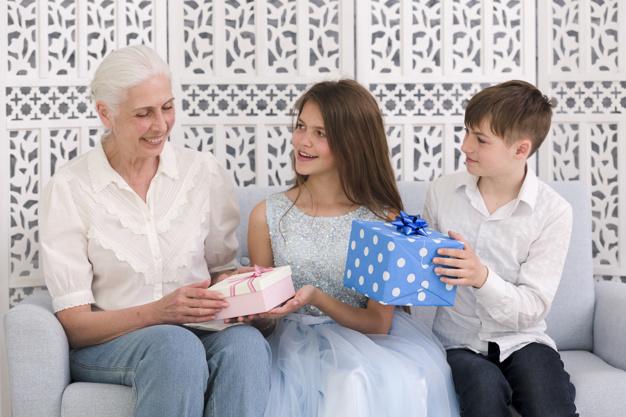 Успеть купить: что подарить и чем удивить любимых женщин?