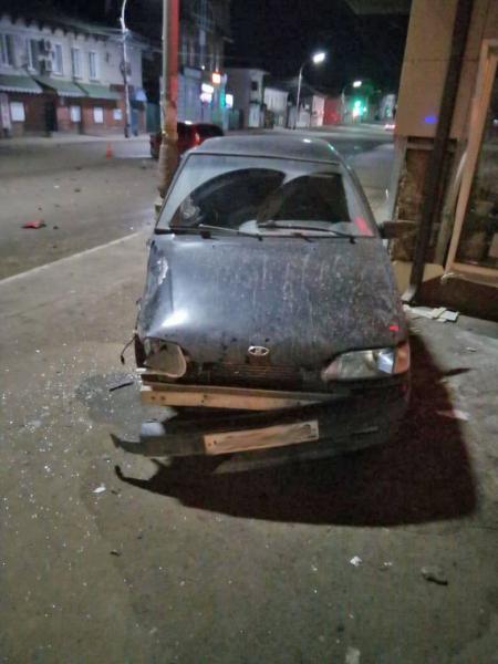 В Мичуринске автомобиль въехал в стену магазина