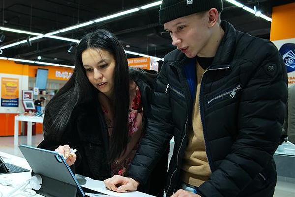 В России семейные пары принимают решения о крупных тратах совместно